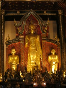 Three large statues at the front of Chedi Luang