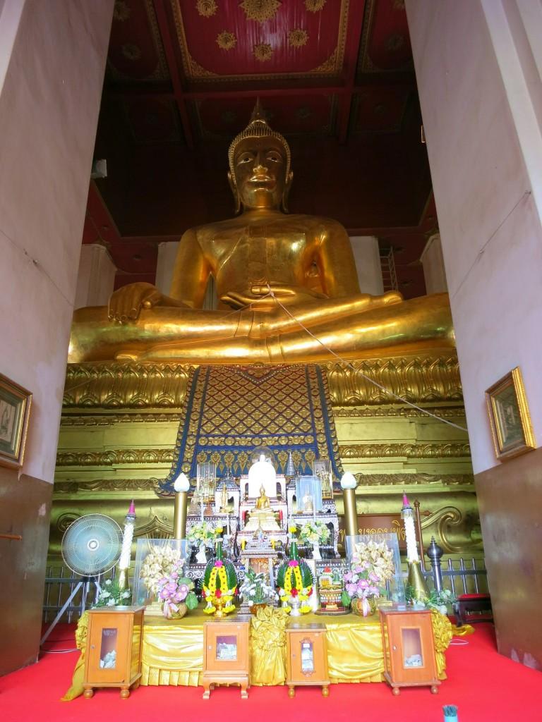 The golden buddha statue at Wihan Phramongkhon Bophit